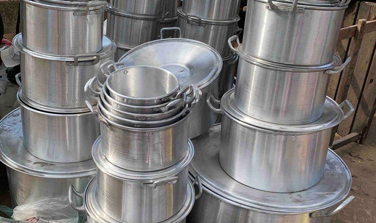 露店で売られるている鍋